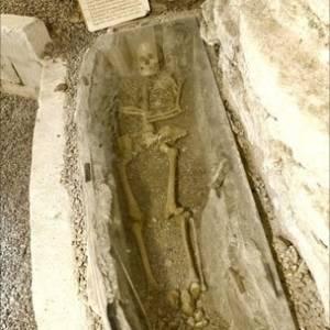 Esqueleto medieval em porão de propriedade construída em 1750 na Suécia - BBC