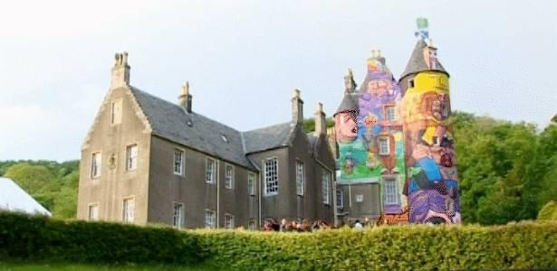 """Castelo medieval """"grafitado"""" pelos brasileiros Nina Pandolfo, Nunca e  Os Gêmeos, na Escócia - Reprodução/BBC"""