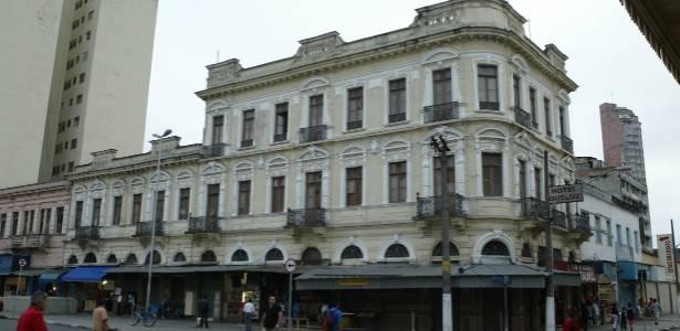 Fachada do Hotel Queluz, na esquina das ruas Mauá e Casper Líbero, em frente à estação da Luz (SP)