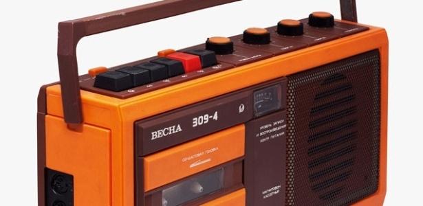 """O gravador de fitas cassete Vesna 309-4, fabricado na Rússia, e um dos exemplares do design popular russo apresentado no livro """"Made in Russia"""", de Michael Idov, publicado pela Rizzoli - Olga Ryabceva/ Divulgação"""