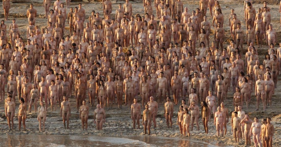 Mais de 1 mil israelenses posam nus às margens do Mar Morto para o fotógrafo Spencer Tunick