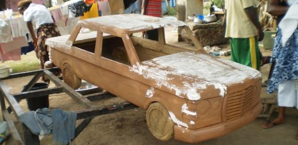 Um caixão em forma de carro produzido no Atelier Kane Kwei, em Acra, Gana, exposto na Bienal de Design de Gwangju