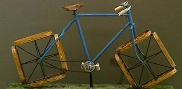 """Bicicleta que faz parte da exposição """"Objetos Impossíveis"""" do artista francês Jacques Carelman - Reprodução/BBC"""