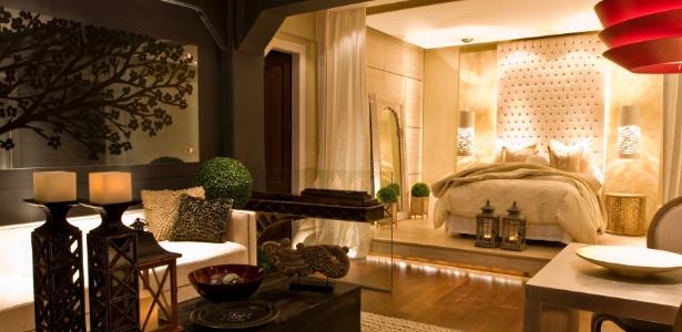O quarto projetado por Erika Zielinski, para a Casa Cor Peru 2011, reúne vários elementos para a composição de um quarto sexy sem ser clichê: luz suave ou cênica, roupas de cama aconchegantes, cortinas, tapetes e materiais com texturas. Imprima sua personalidade no ambiente e arrase - Divulgação