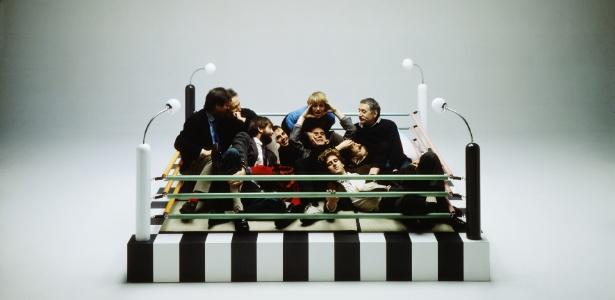 """O grupo Memphis foi fotografado em 1981 em um """"cantinho de bate-papo"""" na forma de um ringue. Em 1985, um dos seus fundadores, Ettore Sottsass, desistiu do grupo, desencantado"""