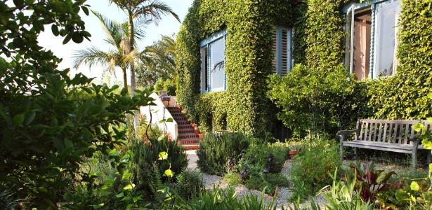 A casa na região de Los Feliz, em Los Angeles, foi construída em 1924 em estilo colonial espanhol. O paisagista Wade Graham comprou a residência em 1999, quando se mudou para a cidade, e desenvolve seus jardins desde então - Laure Joliet/The New York Times
