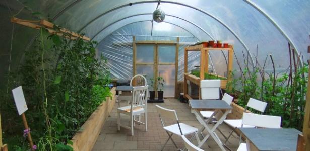 Vista da estufa nos fundos da FARM:shop, na zona leste de Londres. O experimento tem por objetivo descobrir quantos tipos diferentes de alimentos podem ser produzidos em uma área pequena em uma grande cidade