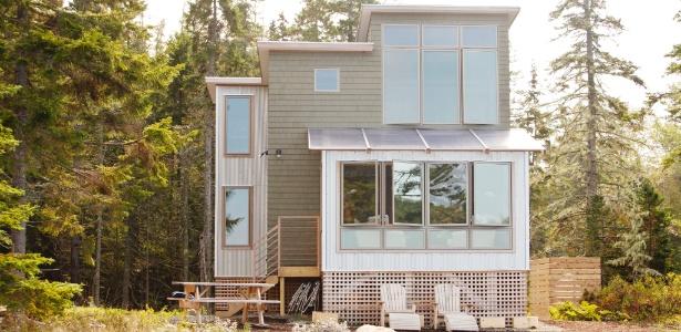 Localizada às margens do lago Goose Marsh, na ilha Mount Desert (estado do Maine, na costa leste dos Estados Unidos), a casa estava em péssimas condições quando foi comprada.  Com a reforma, tornou-se um refúgio iluminado e confortável - Tony Cenicola/The New York Times