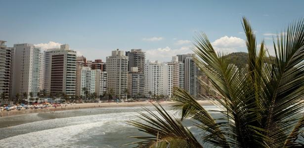 Prédios na orla da praia das Astúrias, no Guarujá, em SP