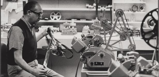 """Saul Bass trabalha em seu estúdio; o artista fez aberturas para filmes como """"Um Corpo que Cai"""""""