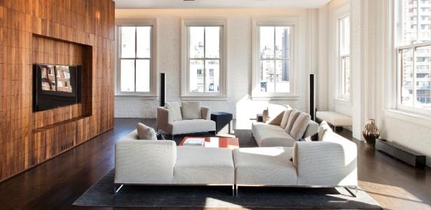 Sala de estar do apartamento reformado por Thaddeus Briner, em Nova York. O living tem luzes fluorescentes reguladas por dimmer instaladas no forro; o sofá  é um modelo Solo, da B&B Italia  - Marco Ricca/The New York Times