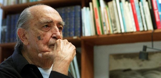 08.12.2004.O arquiteto Oscar Niemeyer em seu escritório em Copacabana