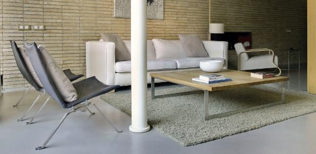 A sala de estar de Welsh exibe cadeiras projetadas pelo designer dinamarquês Poul Kjaerholm