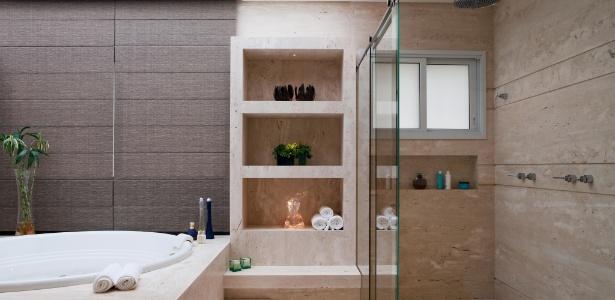 Banheiro com 22 m² assinado pela designer de interiores Giseli Koraicho, da Infinity Spaces - Alexandre Dotta/Divulgação