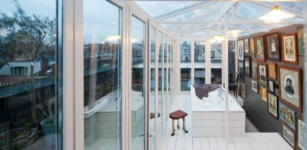 Na estufa que Rolf Bruggink ergueu em seu terraço, as plantas ficam em segundo plano: o destaque do espaço é uma banheira da qual se tem uma vista panorâmica de Roterdã