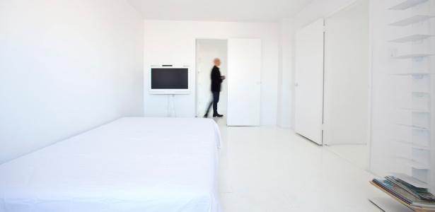 """Emprestado a um amigo artista, o apartamento quase sem móveis do curador Klaus Biesenbach foi pintado de branco, o que satisfez o gosto minimalista e """"perfeccionista"""" do proprietário"""
