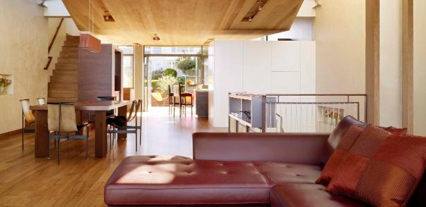 Living da casa reconstruída pelo casal Gerry Agosta e Lisa Moresco com projeto do arquiteto Owen Kennerly, em San Francisco, costa oeste dos Estados Unidos - Matthew Millman/The New York Times